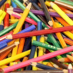Värikyniä läjässä pöydällä.