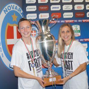 Tuija Hyyrynen ja Sanni Franssi poseeraavat mestaruuspystin kanssa.