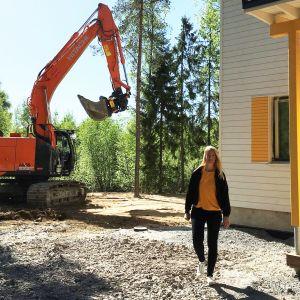 Johanna Tidström rivitalonsa edessä