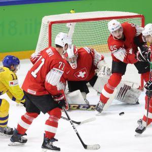Sveitsin puolustus ja maalivahti Leonardo Genoni MM-finaalissa.