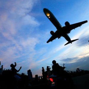 Lentomatkailussa polttoainetta kuluu erityisesti nousussa ja laskussa. Kuvassa kone laskeutuu lentokentälle Taiwanissa.