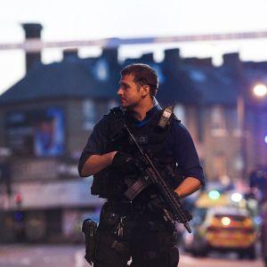 Aseistettu poliisi partioi.