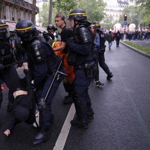 Poliisi ottaa yhteen mielenosoittajien kanssa Pariisissa 22. toukokuuta 2018.