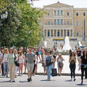 Kreikkalaisia kadulla.
