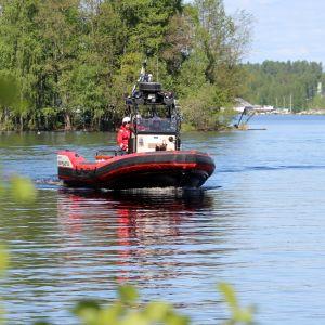 Savonlinnan Järvpelastajat ajavat veneellä Saimaalla.
