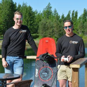 Emil Viitala (vas.) ja Elmo Saikkonen Tanelinlammen vesiurheilukeskuksessa.