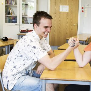 tyttö ja poika vääntää kättä