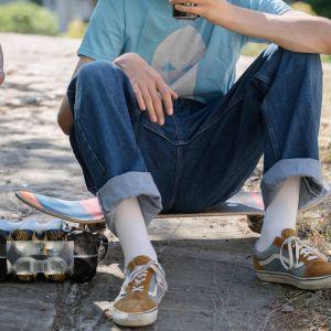 Nuoret juovat kaljaa puistossa.