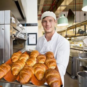 Leipurilla pellillinen uunituoreita croissantteja.