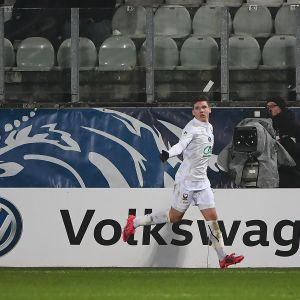 Timo Stavitski juhlii maalia Caenin paidassa.