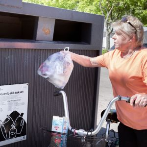 kuvassa nainen kierrättää muovia