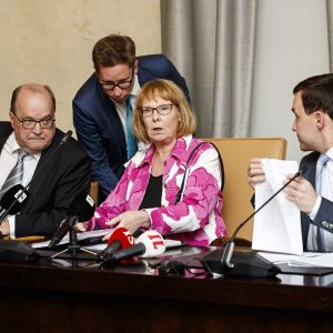 Vasemmalta, varapuheenjohtaja Tapani Tölli, puheenjohtaja Annika Lapintie ja kansanedustaja Wille Rydman perustuslakivaliokunnan tiedotustilaisuudessa eduskunnassa Helsingissä.