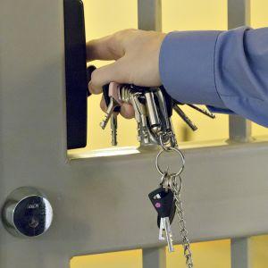 Vanginvartija avaa ovea.