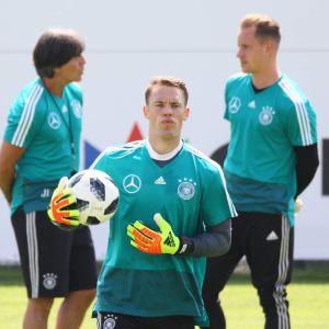 Manuel Neuer (kesk.) Taustalla Joachin Löw ja Marc-André ter Stegen.