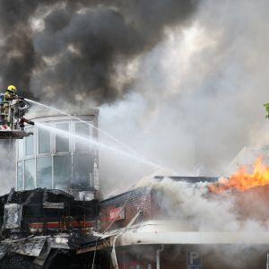 Palomiehet nosturissa kauppakeskuksen palossa Palokassa Jyväskylässä.