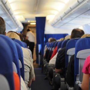 Lentokoneen matkustamo perästä ohjaamoa kohti  kuvattuna.
