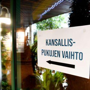 Kansallispukujen pukemiselle järjestetty tila keskustan puoluekokouksessa Sotkamossa.