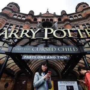 Teatterin sisäänkäynti ja näytelmän nimi suurilla kirjaimilla.