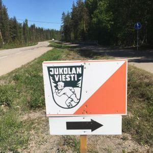 Jukolan viestin kyltti tien varressa Hollolassa.