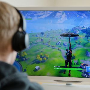 Poika pelaa Fortnite -peliä.