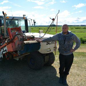 Patrik Norrgårdin siirtonurmen nostokoneelle ei ole juuri käyttöä, kun loputkin jäljelläolevat nurmikentät kaipaisivat kipeästi vettä.