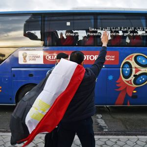 Jalkapallofani heiluttaa bussille.