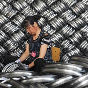 Työntekijä lastenvaunutehtaalla Hangzhoussa, Kiinassa 4. kesäkuuta.