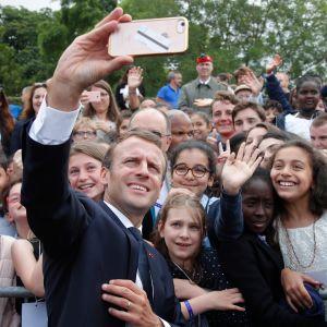 Presidentti Emmanuel Macron otti yhteis-selfieitä yleisön kanssa Suresnesissä 18. kesäkuuta pidetyssä tilaisuudessa.