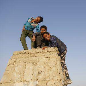 Afganistanilaislapsia leikkimässä