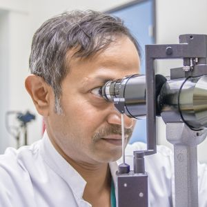 Silmälääkärin välineitä