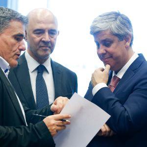 Kreikan valtiovarainministeri Eukleidis Tsakalotos, talouskomissaari Pierre Moscovici ja euroryhmän puheenjohtaja Mario Centeno kokouksessa Luxemburgissa.