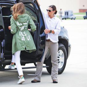 Melania Trump nousemassa mustan katumaasturin takapenkille.