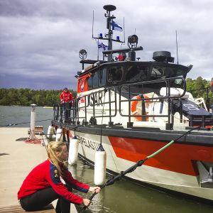 Helsingin Meripelastusseuran pelastusalus Rautauoma rantautuu kotisatamaansa Helsingin Jollaksessa.