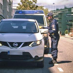 Rattijuopumusvalvonnan pistokoe Helsingissä juhannuspäivänä. Rekisterikilpi kuvassa on sumennettu.