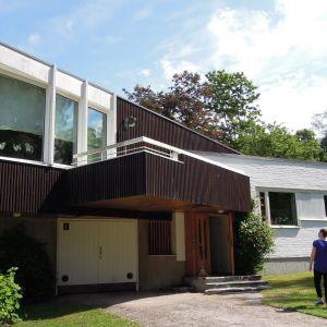 Villa Skeppet sijaitsee meren tuntumassa Tammisaaren keskustassa. Pihalla kävelee Jennifer Dahlbäck.