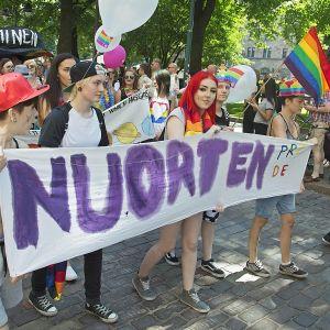 Nuoria Pride -kulkueessa 2016.