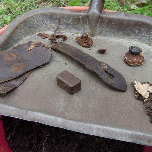 Maasta löytyy saksalaisleirin jäljiltä muun muassa nappeja, nahkaa ja edelleen luettavassa kunnossa olevia paperinpalasia.