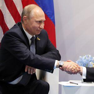 Vladimir Putin ja Donald Trump kättelevät.