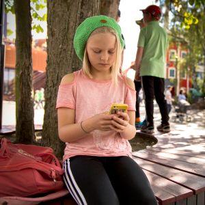 Rauha Hopeakoski, 11, pelaa mobiilipeliä.