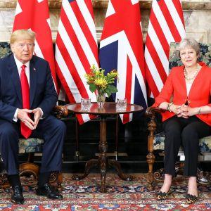 Trump ja May istuvat Chequersin maaseuturesidenssissä maidensa lippujen edessä