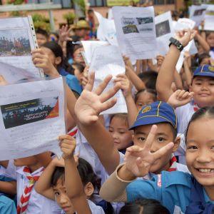 Koululaisia sairaalan edustalla jossa luolasta pelastuneet jalkapallojoukkeen jäsenet olivat tarkkailussa Chiang Raissa 11. heinäkuuta.