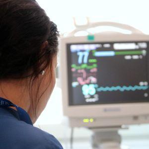 Hoitaja tarkkailee potilasta yhteispäivystyksessä.