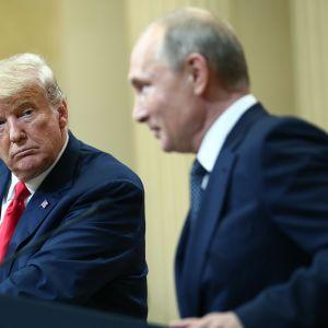 Yhdysvaltain presidentti Donald Trump ja Venäjän presidentti Vladimir Putin kuvattuna yhteisessä lehdistötilaisuudessa presidentilinnassa 16. heinäkuuta.