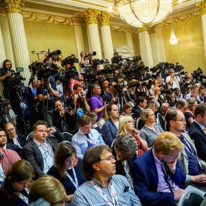 Toimittajia ja kuvaajia Presidentinlinnassa.