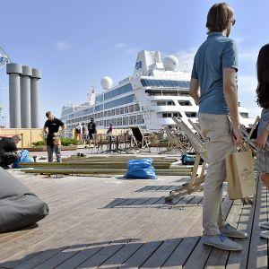 Rakennustöitä Allas Sea Poolin terassilla Helsingissä 11. heinäkuuta.