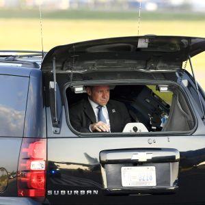 Yhdysvaltain salaisenpalvelun agentti istuu auton takakontissa.