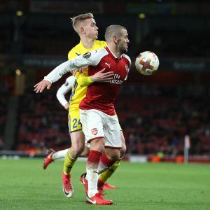 BATE Borisovin Jasse Tuominen (takana) painosti Arsenalin Jack Wilshereä Eurooppa-liigan ottelussa joulukuussa 2017.
