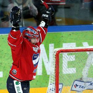 Juha-Pekka Haataja juhlii maaliaan.