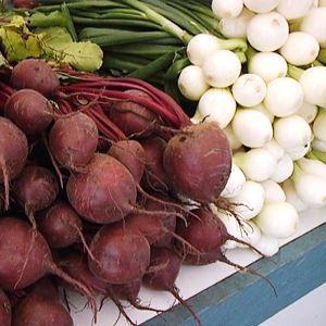 Porkkanoita, punajuuria ja sipuleita.
