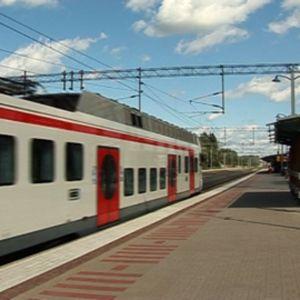 Juna lähtee Keravan asemalta.